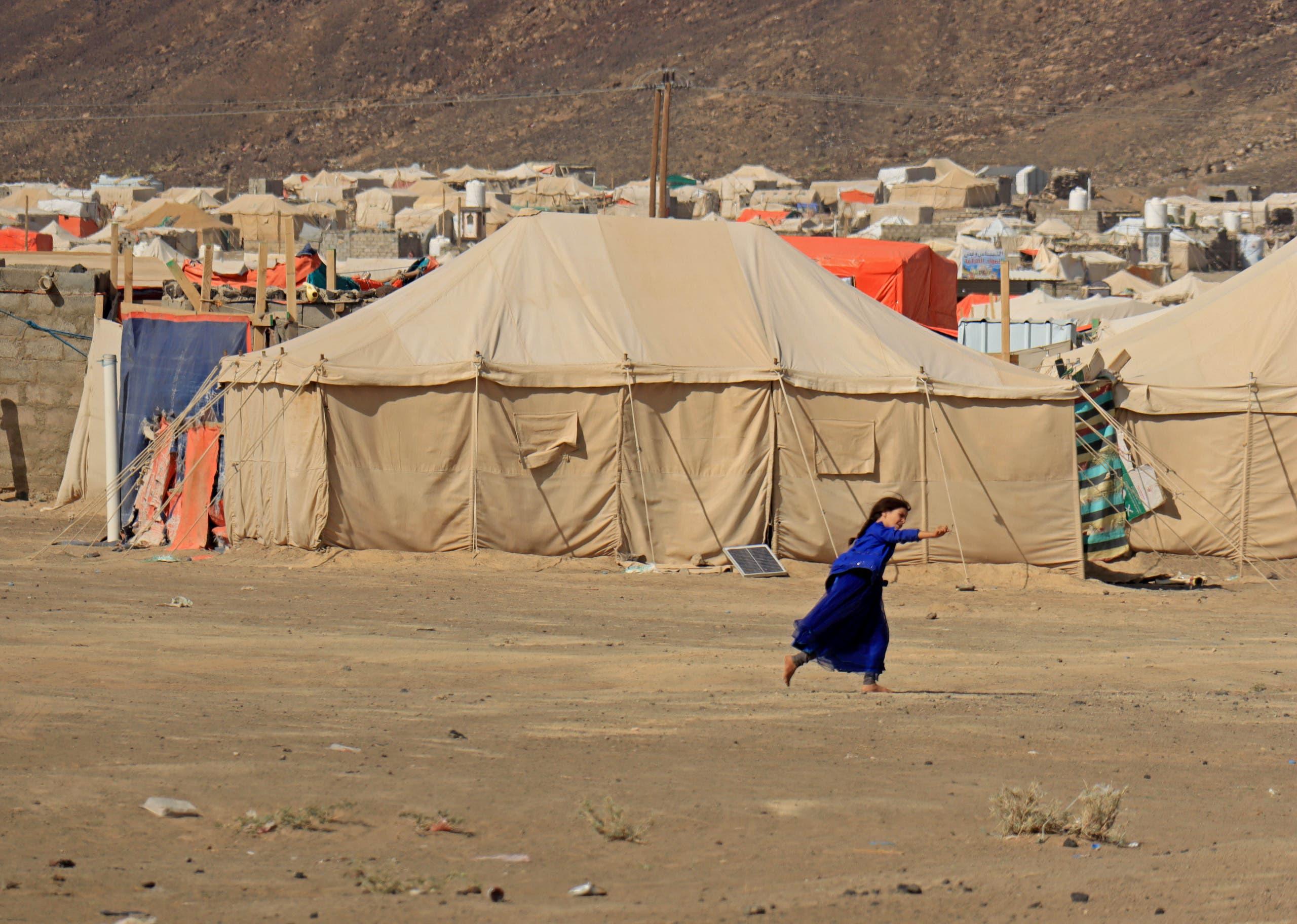 طفلة تلعب في مخيم للنازحين في مأرب (أرشيفية)