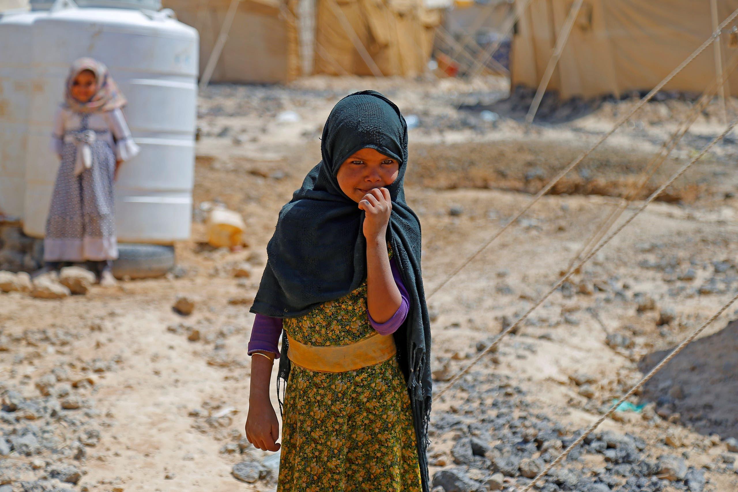 طفلتان في مخيم للنازحين في مأرب