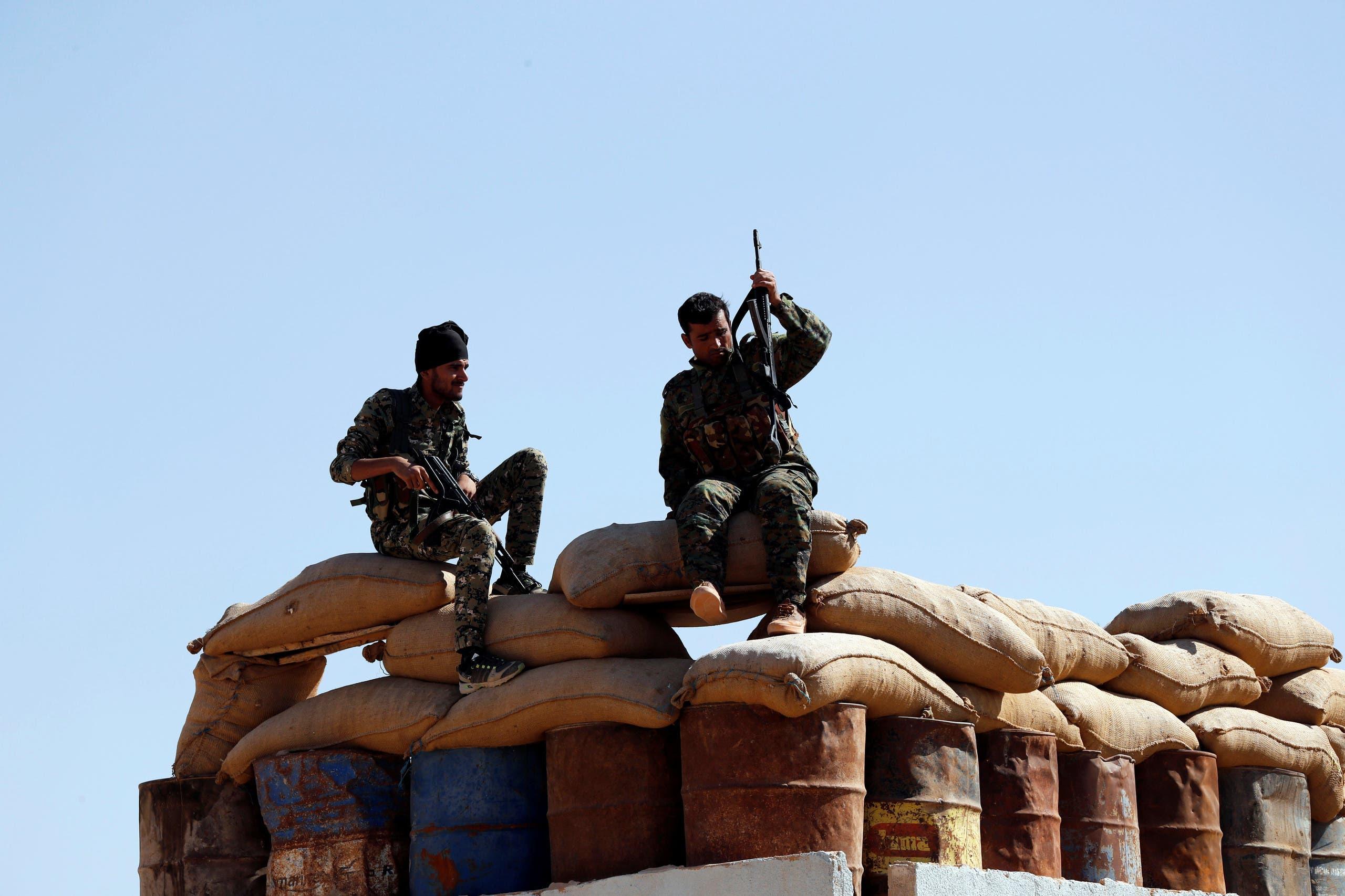 عناصر من قوات سوريا الديمقراطية في عين عيسى (أرشيفية)