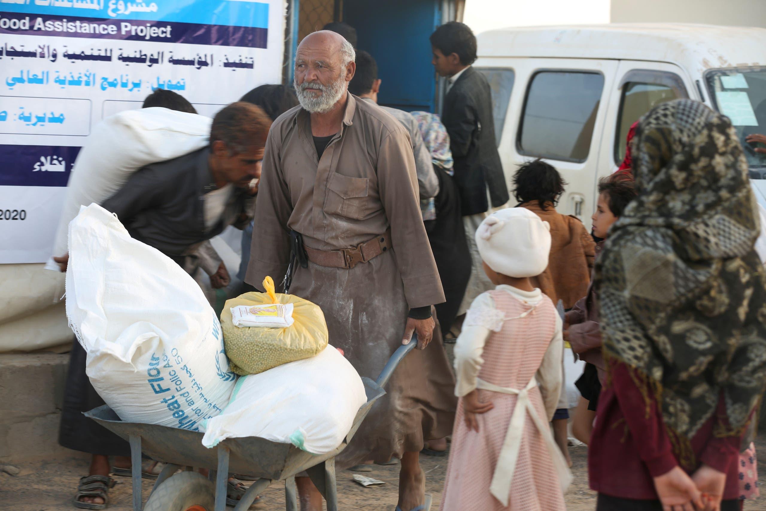 توزيع مساعدات غنسانية في مأرب في مارس الماضي