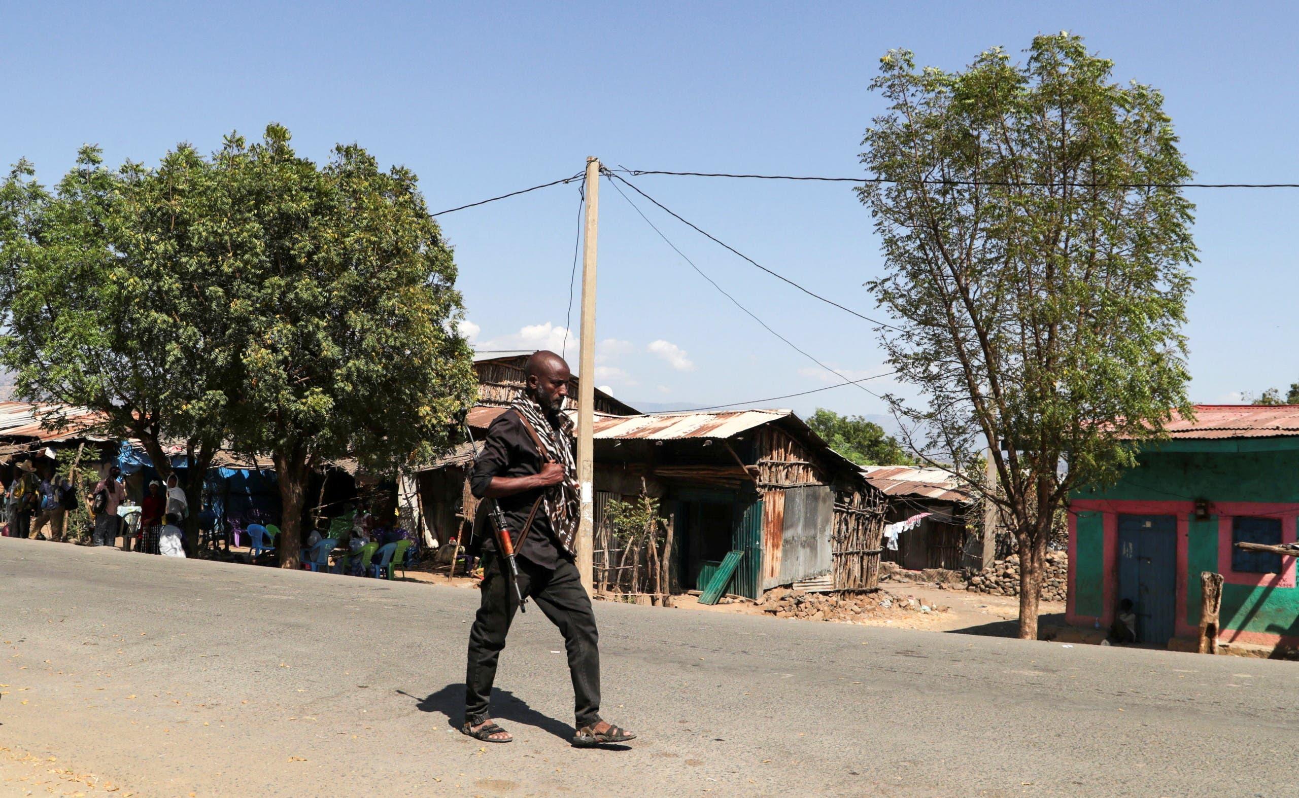 A member of the Amhara Special Force patrols a street in Soroka village in Amhara region near a border with Tigray, Ethiopia November 9, 2020. (File photo: Reuters)