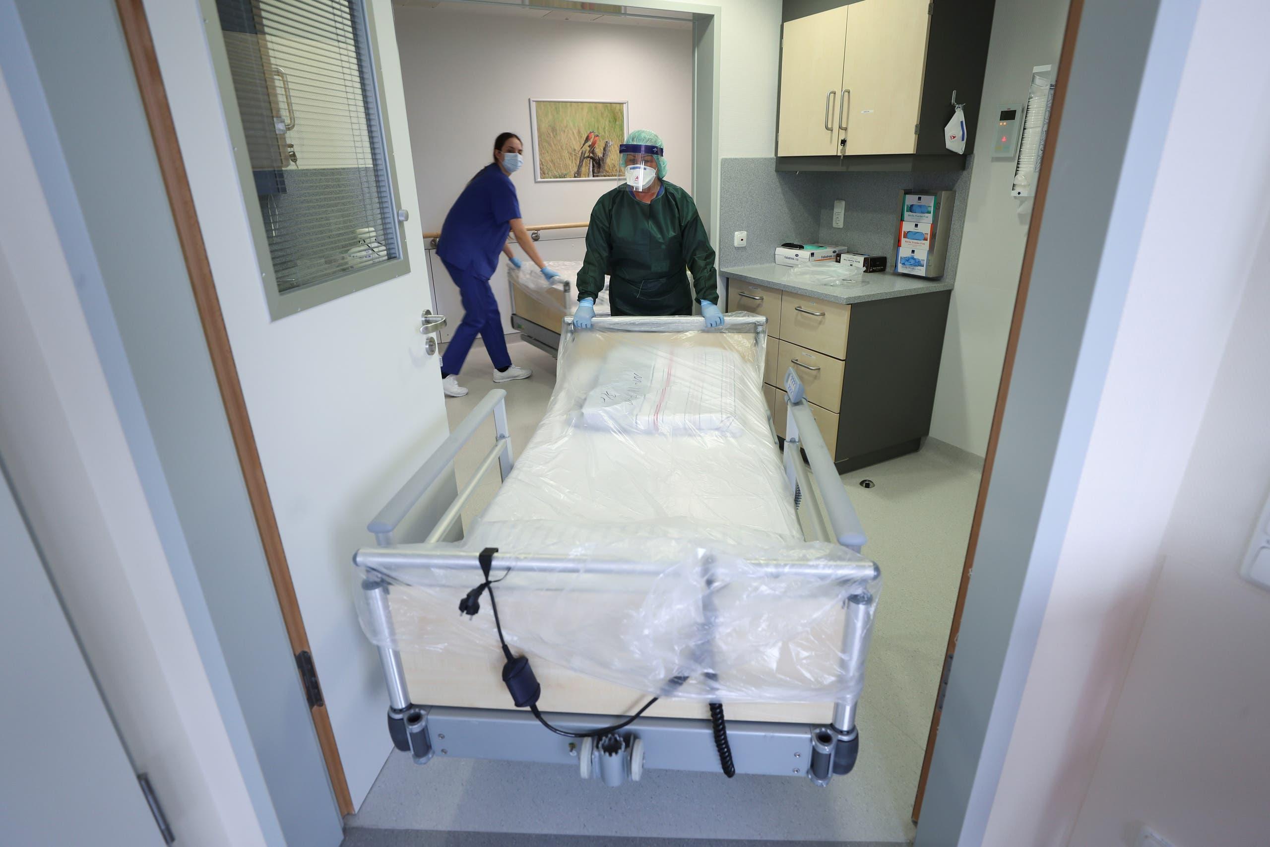 ممرضة في مستشفى إسن تجهز غرفة لمرضى كورونا (أرشيفية)