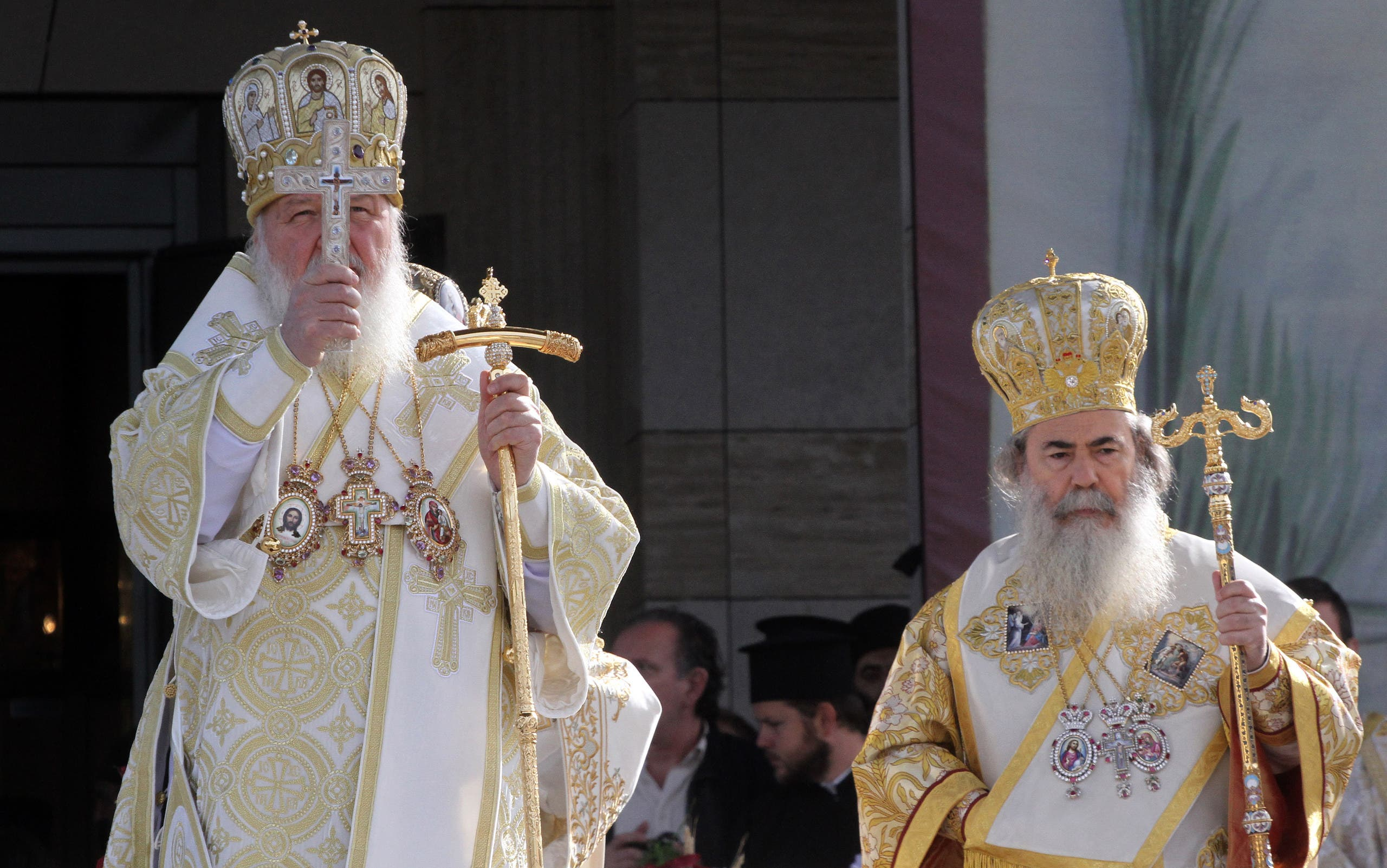 Russian Orthodox Patriarch Kiril (L) and Serbian Orthodox Patriarch Irinej bless the believers a joint liturgy marking the 17 centuries of the Edict of Milan in downtown Nis, central Serbia, on October 6, 2013. (AFP)