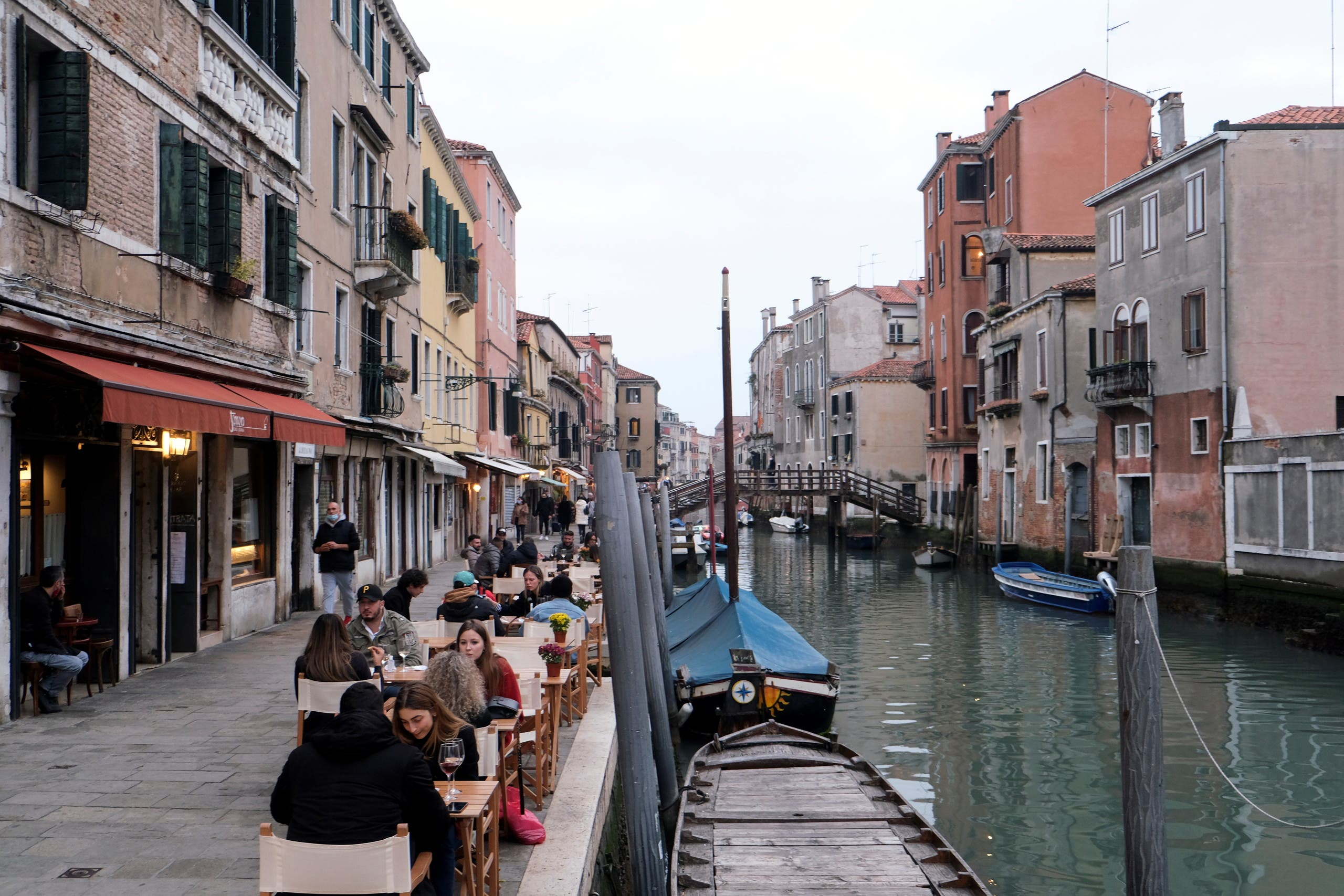 People sit at tables along the canal, as the number of people infected by the coronavirus disease (COVID-19) continues to rise, in Venice, Italy, November 14, 2020. (File photo: Reuters)