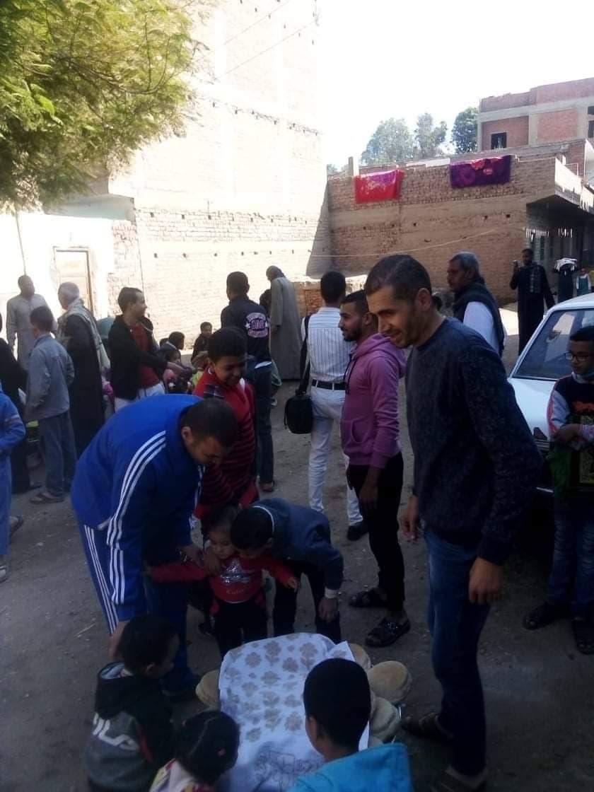 سكان النزلة يقدمون الطعام مجاناً امام مسجد القرية
