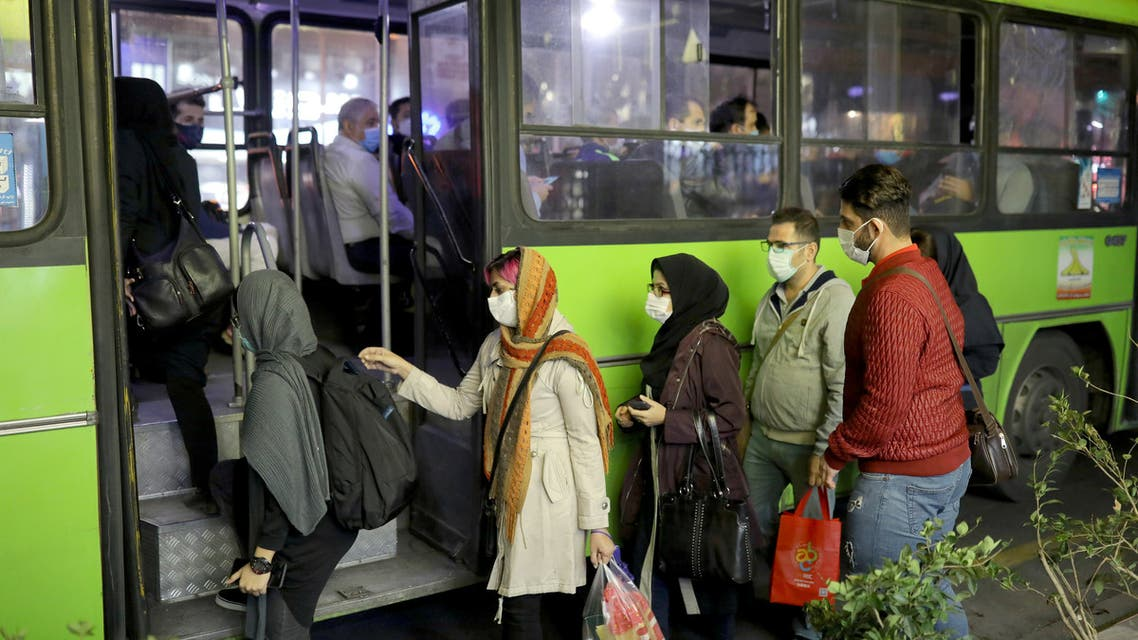 Iranian People wearing protective masks as they board a bus, amid the outbreak of the coronavirus disease (COVID-19), in Tehran, Iran November 11, 2020. Picture taken November 11, 2020. Majid Asgaripour/WANA (West Asia News Agency) via REUTERS ATTENTION EDITORS - THIS IMAGE HAS BEEN SUPPLIED BY A THIRD PARTY.