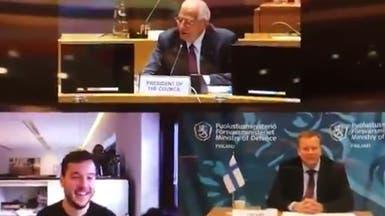 فيديو طريف.. صحافي يقتحم مؤتمرا سريا لوزراء دفاع أوروبا