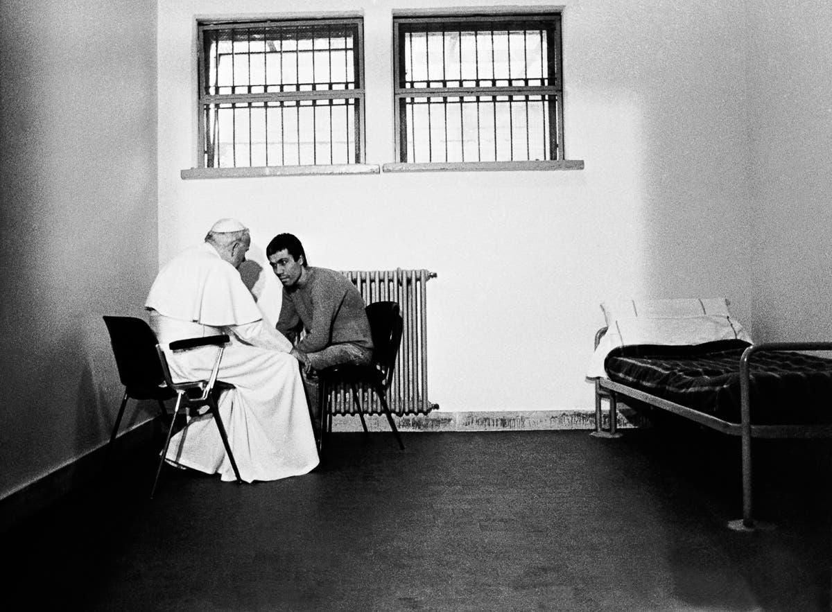 البابا يوحنا بولس الثاني رفقة الرجل الذي حاول اغتياله