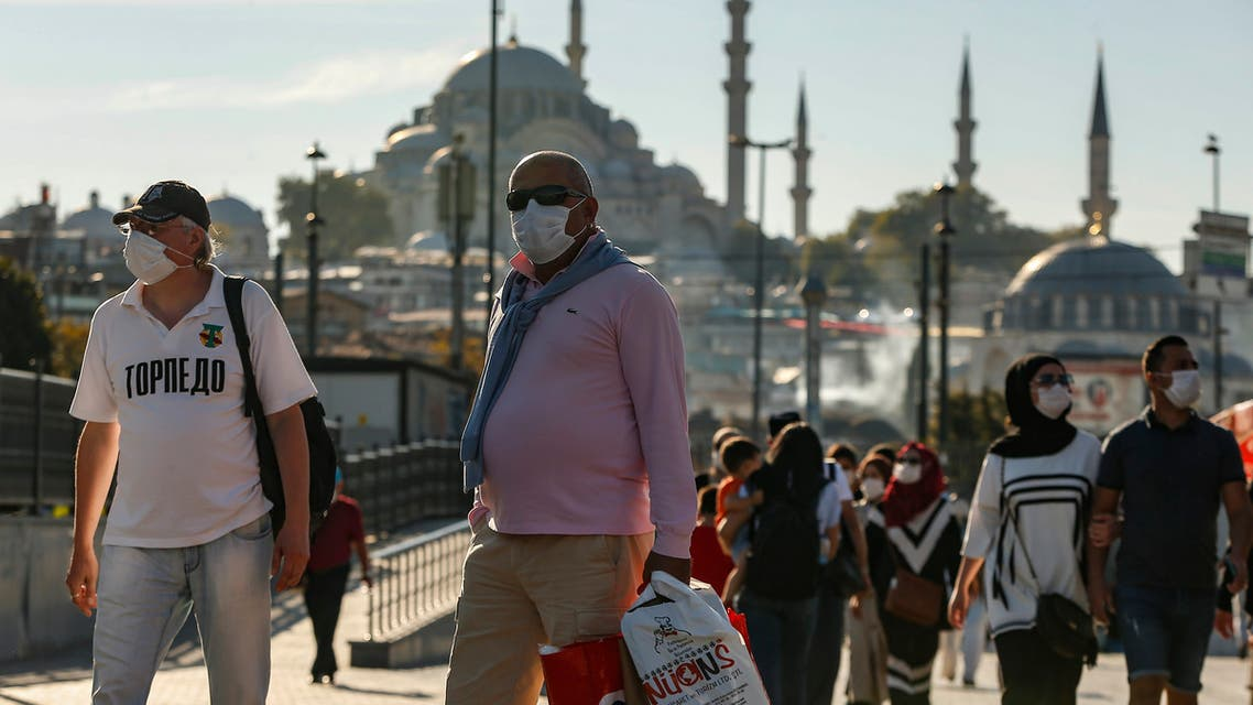 People, wearing masks to help protect against the spread of coronavirus, walk in Istanbul on Oct. 2, 2020. (File photo: AP)
