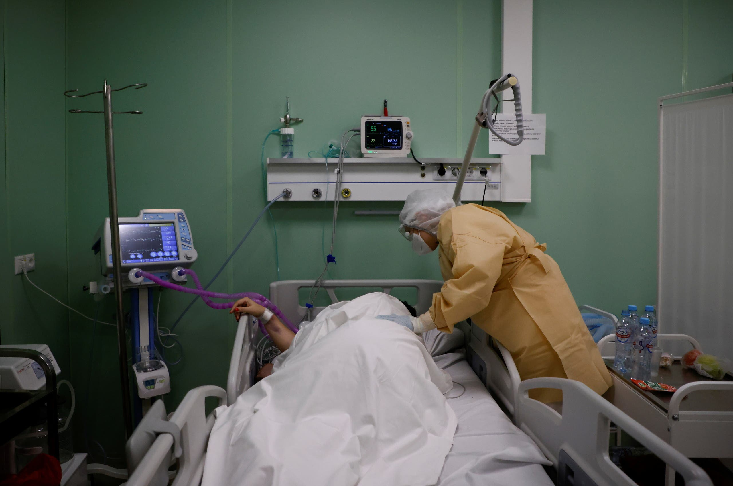 A patient receives medical assistance in a temporary intensive care unit inside a pavilion of the Exhibition of Achievements of National Economy (VDNH) in Moscow, Russia on November 17, 2020. (Reuters)