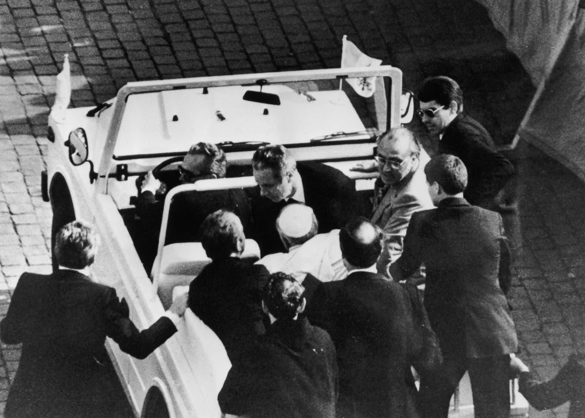 صورة تجسد عملية نقل البابا للمستشفى عقب إصابته