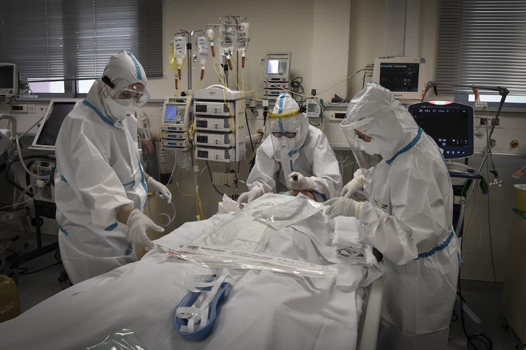 ممرضات يعتنين بمصاب بكورنا في أحد مستشفيات اليونان