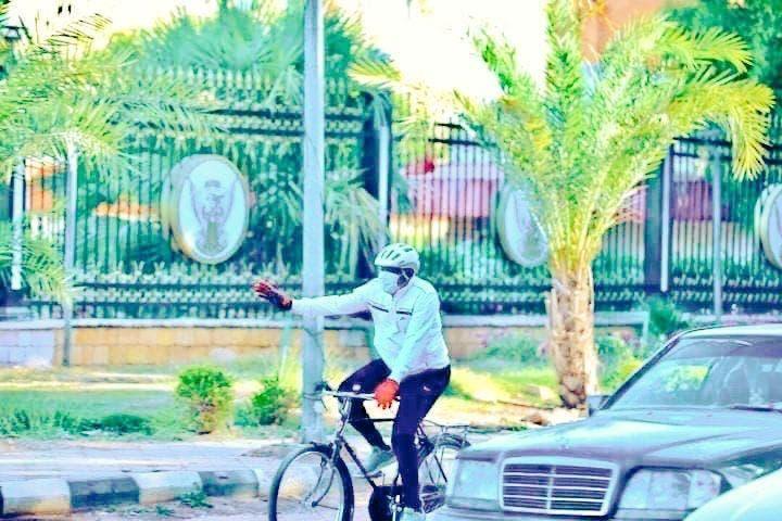 عضو مجلس السياده السوداني يصل القصر الجمهوري على ظهر دراجه