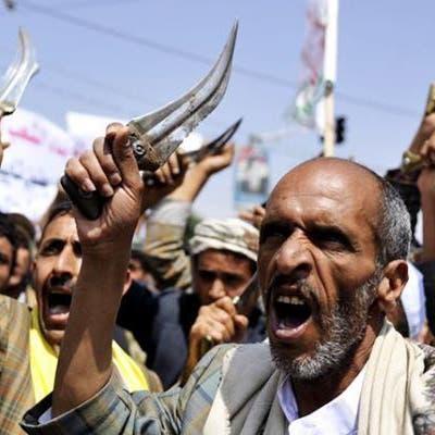 قيادي حوثي يعتدي على مواطن أمام زوجته وأولاده