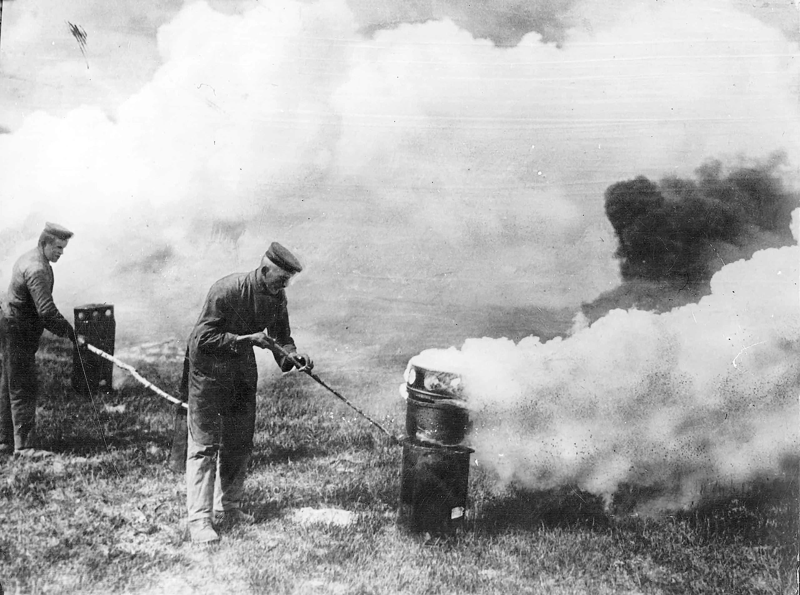 صورة لجنود ألمان و هم بصدد إطلاق غاز الكلور خلال معركة إيبر الثانية