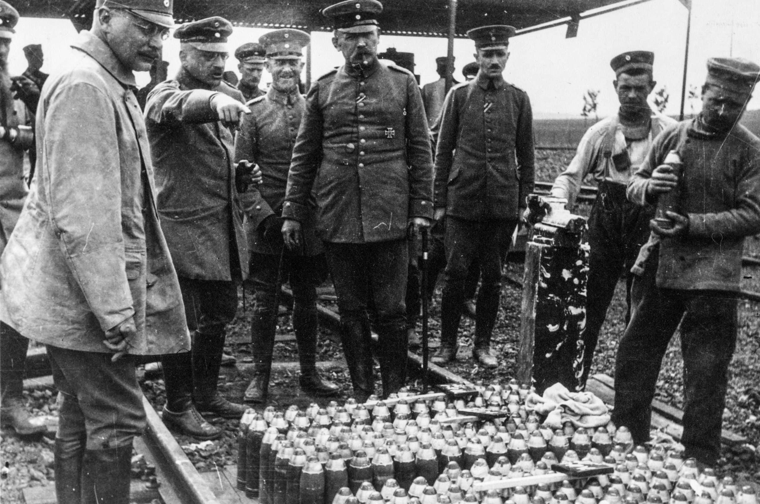 صورة لعملية تفقد عدد من الجنرالات الألمان لقذائف مجهزة بعناصر كيماوية خلال الحرب الكبرى