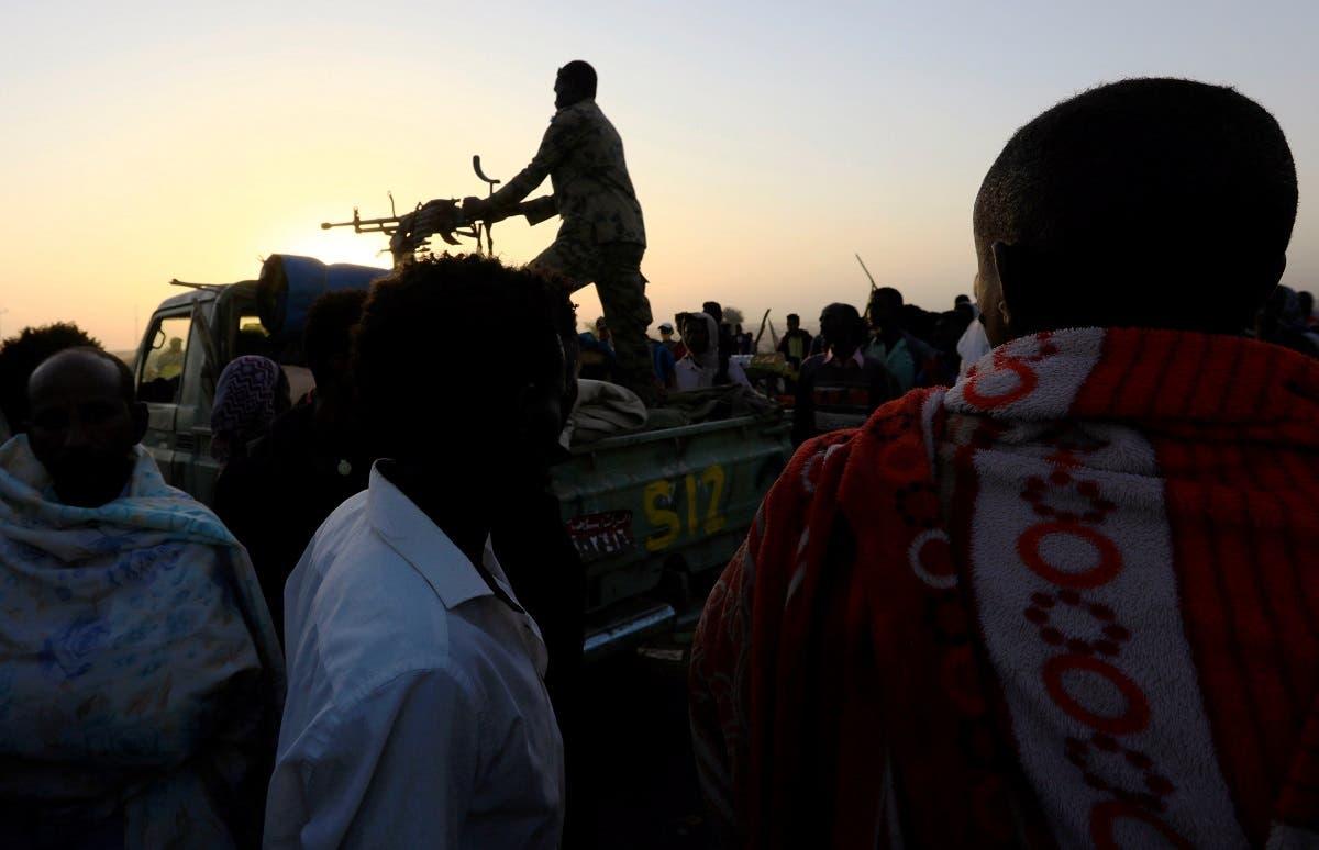 عنصر من الجيش السوداني لمراقبة الفارين من إثيوبيا