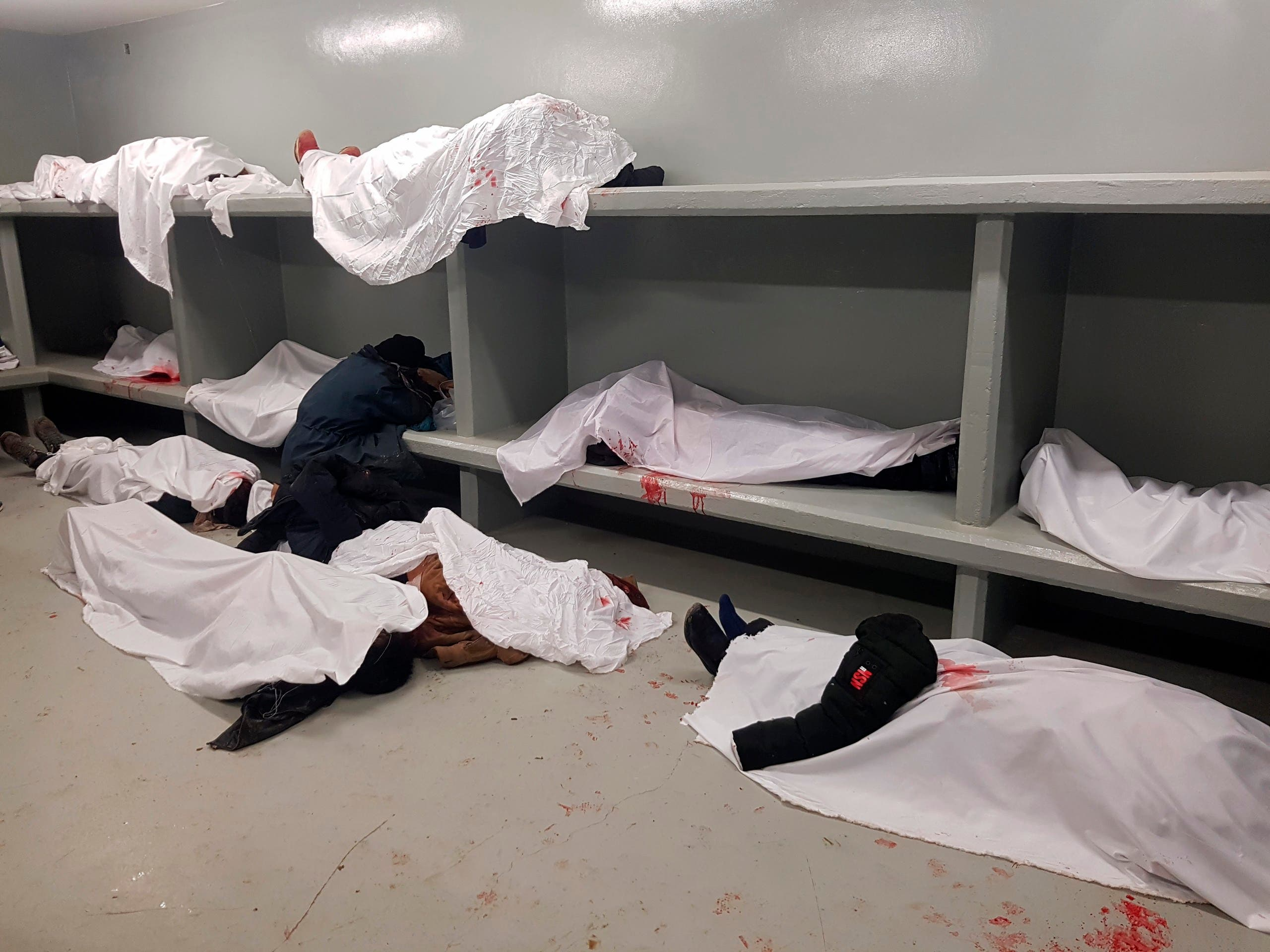 جثث بعض الضحايا في مشرحة مستشفى باميان