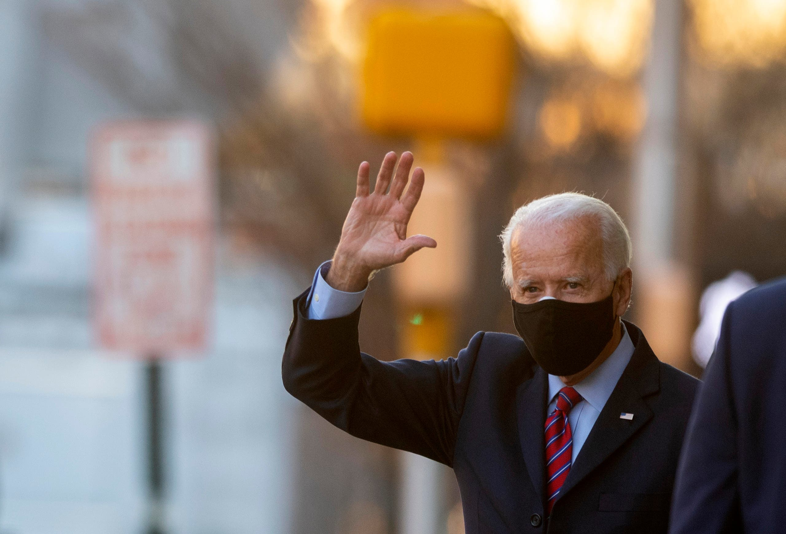 الرئيس الأميركي المنتخب جو بايدن يخرج من مقر عمه في ديلاوير
