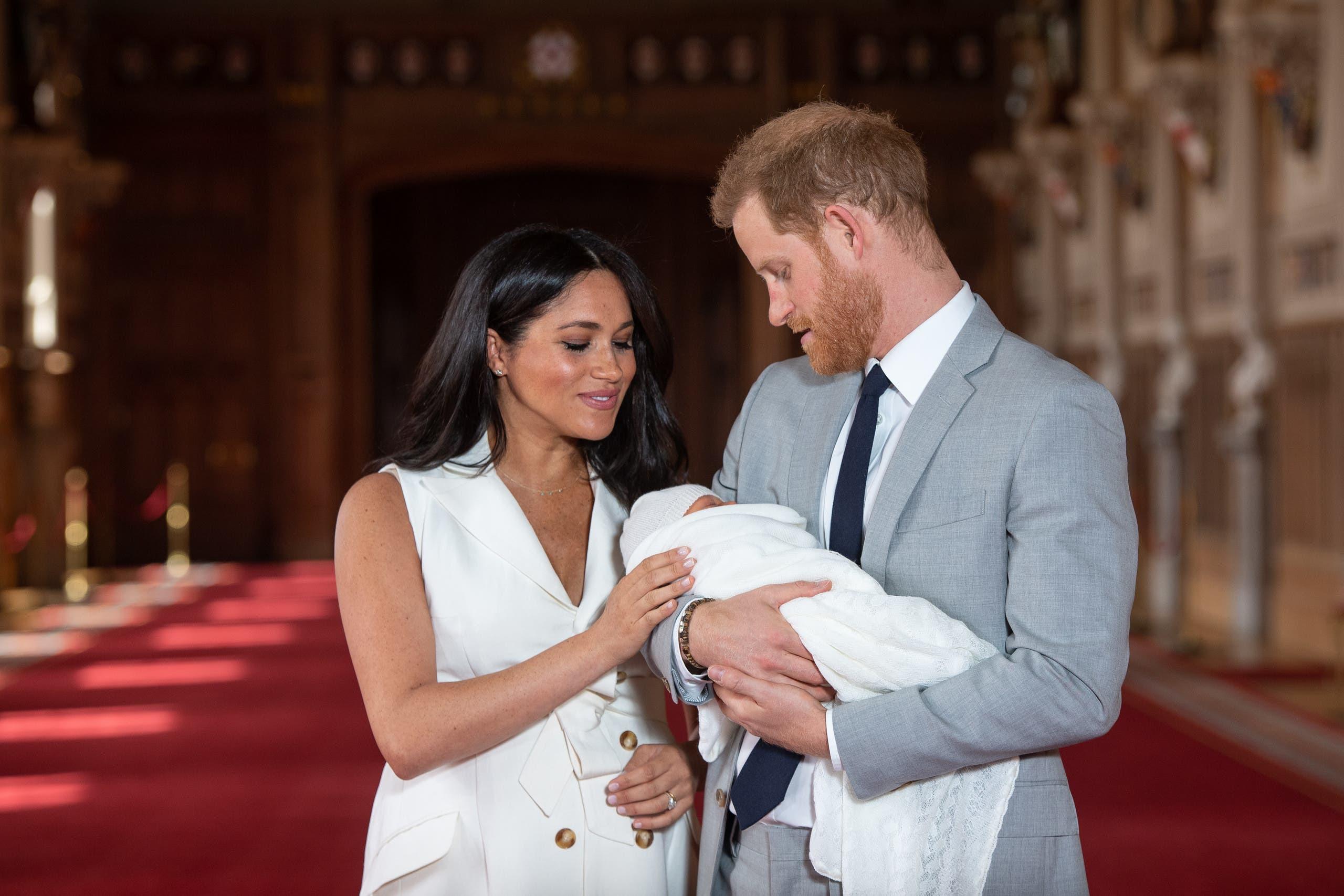 الأمير هاري وميغان ماركل وابنهما خلال أول ظهور علني له في مايو 2019