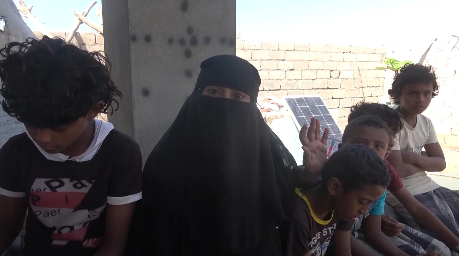نعمة مع أطفالها الـ6 الذين نزحت برفقتهم إلى الخوخة