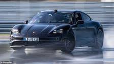 """سيارة بورش الكهربائية """"تايكان"""" تحطم رقمًا قياسيًا عالميا"""