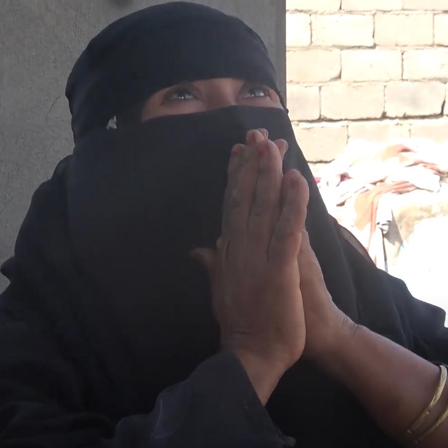 فيديو.. أم تروي معاناتها إثر مقتل زوجها وابنيها بألغام حوثية