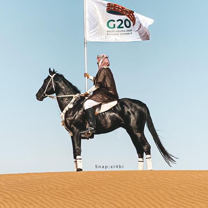 هذه قصة السعودي الذي ظهر بزي شعبي يحمل علم G20