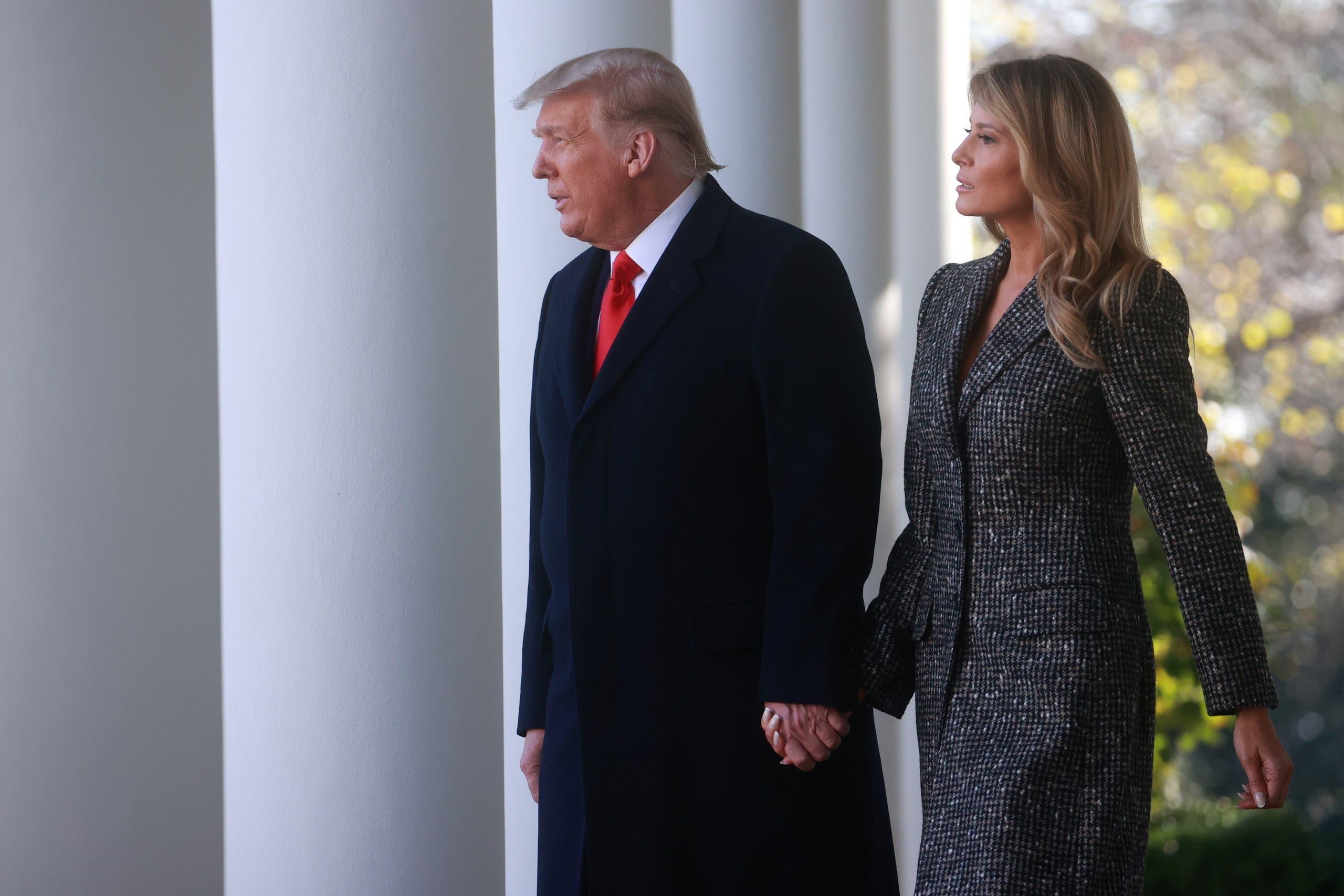 """أحدث ظهور علني لترمب مع زوجته ميلانيا في حديقة البيت الأبيض بمناسبة """"عيد الشكر"""""""