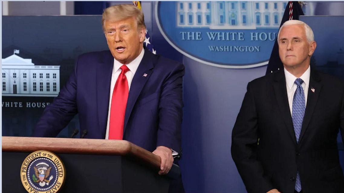الرئيس دونالد ترمب وإلى جواره نائبة مايك بنس