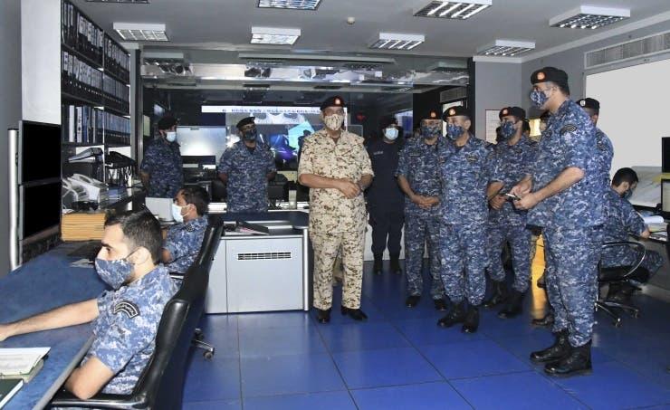 المشير الركن الشيخ خليفة بن أحمد آل خليفة القائد العام لقوة دفاع البحرين يتفقد مجريات التمرين البحري