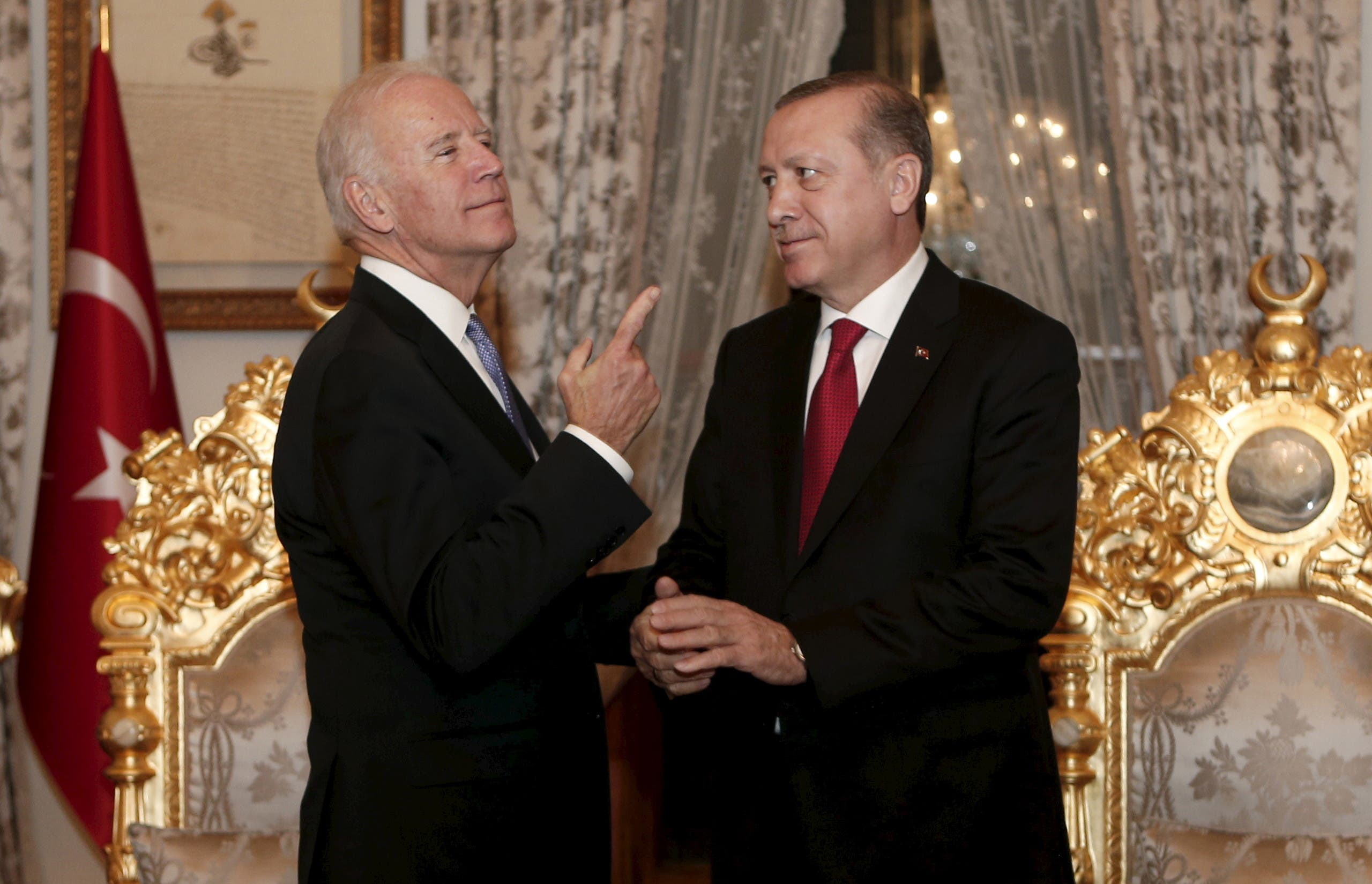 Turkish President Tayyip Erdogan (R) and  Joe Biden chat after their meeting in Istanbul, Turkey January 23, 2016. (File photo: Reuters)