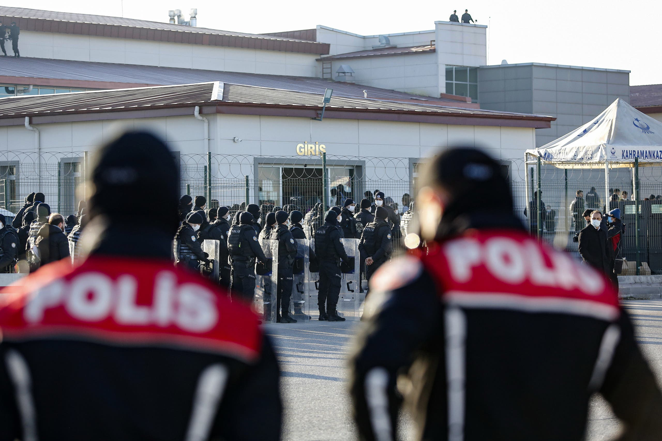 من أمام مجمع سجن سينكان في محافظة أنقرة حيث تتم المحاكمات الجماعية (أرشيفية- فرانس برس)