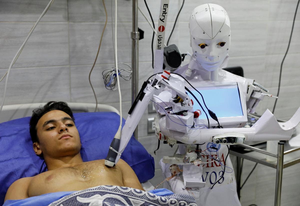 الروبوت كيرا 03 مع مريض