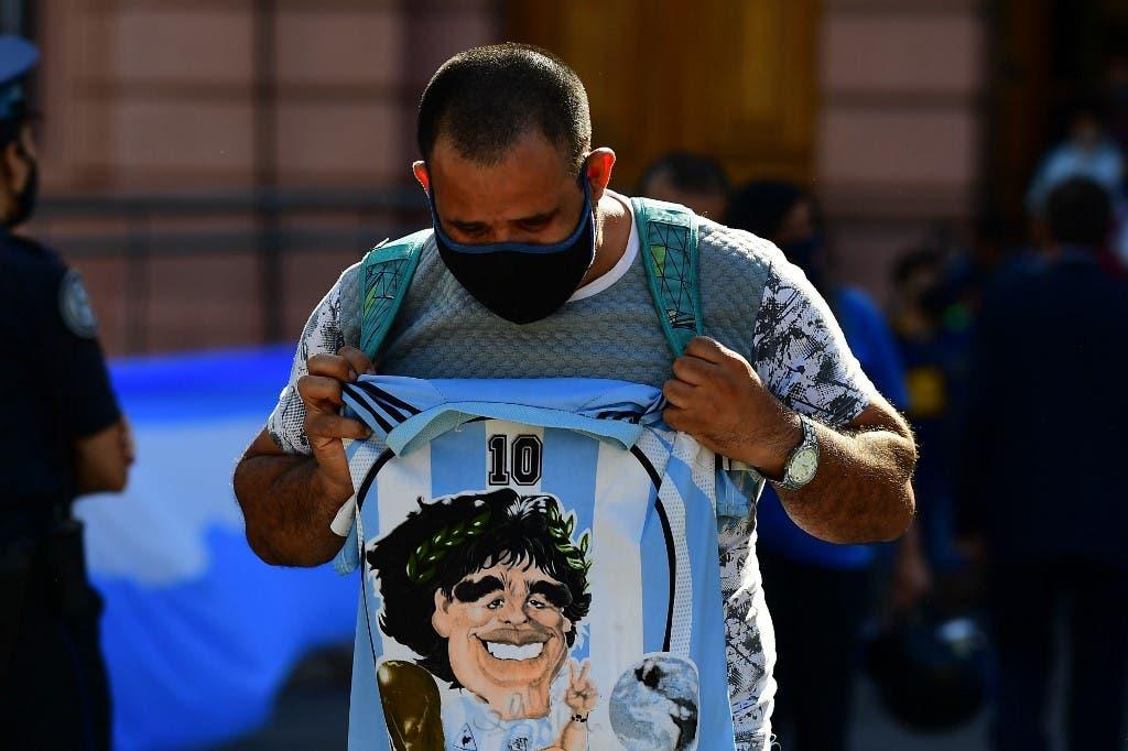 صورة  مارادونا على قميص أحد محبيه