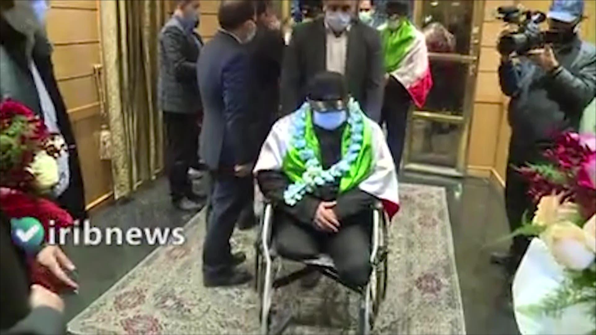مشاهد بثها التلفزيون الإيراني للحظات استقبال الإيرانيين الثلاثة (رفرانس برس)