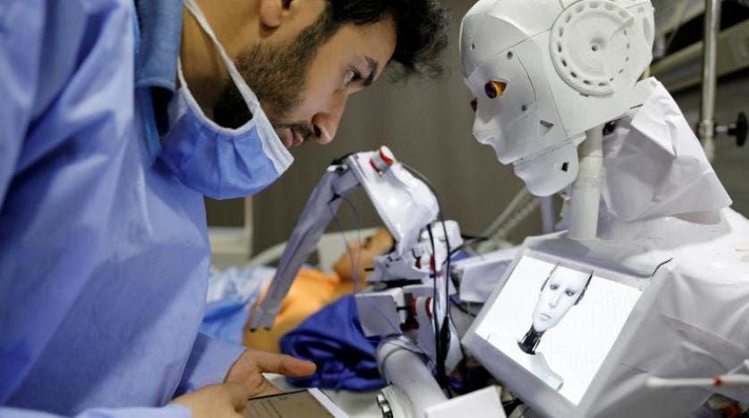 الطبيب محمود الكومي و الروبوت كيرا 03