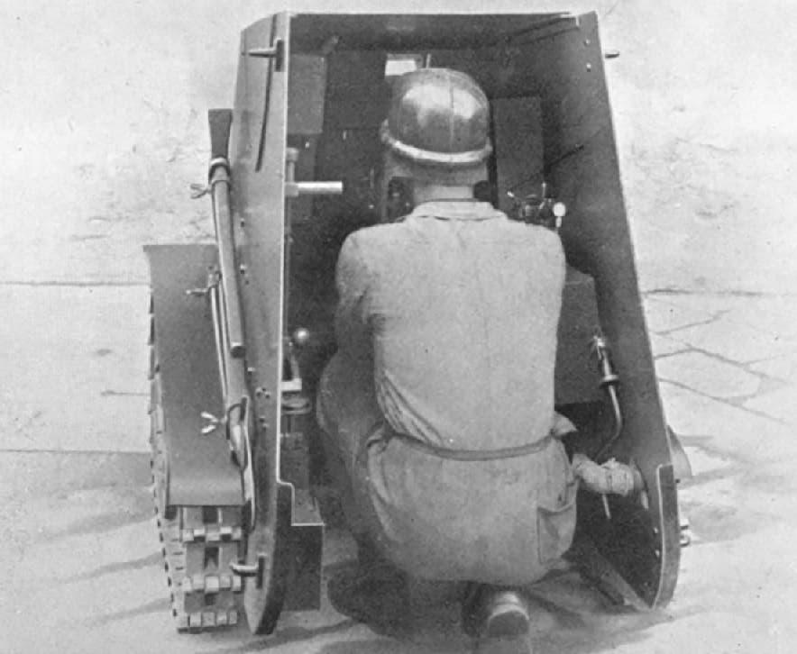 صورة لجندي إيطالي داخل دبابة مياس