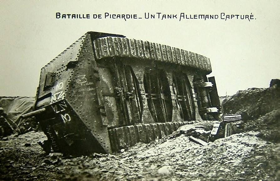 صورة لدبابة إيه 7 في ألمانية مدمرة