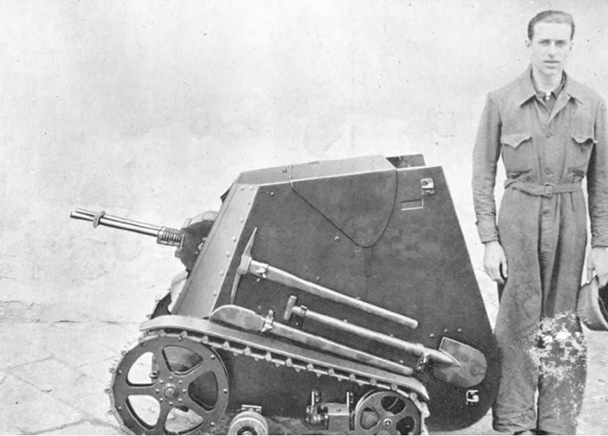 صورة لدبابة مياس الإيطالية قرب أحد الجنود