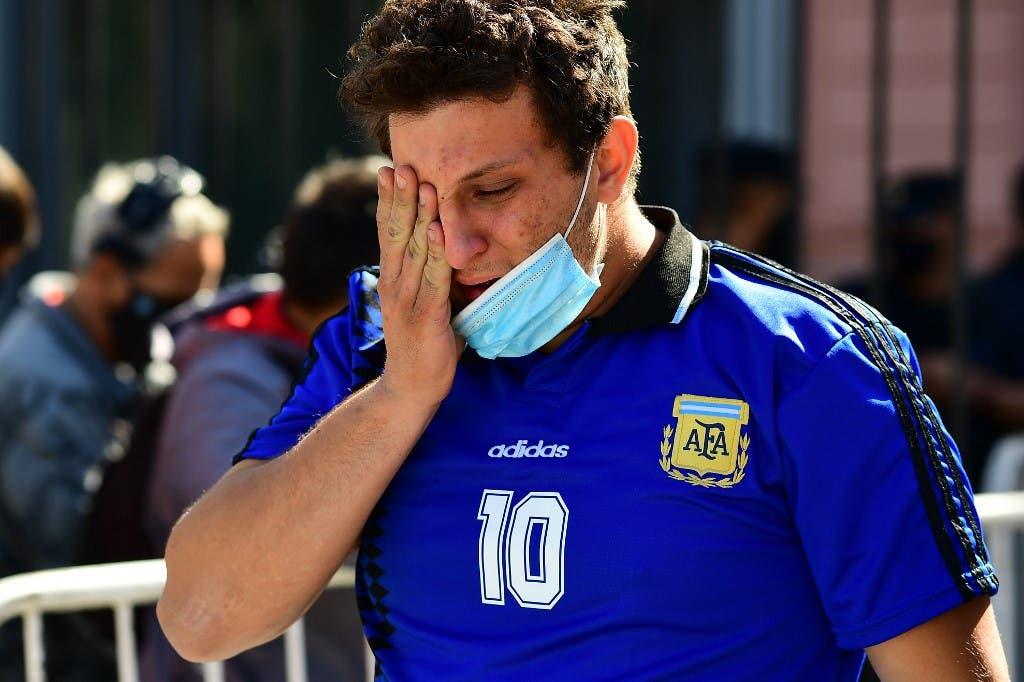 جماهير تبكي رحيل مارادونا