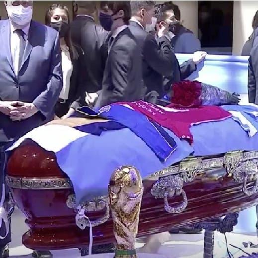 صور لجثمان مارادونا مسجّى بالتابوت وفيديو من الجو لدفنه