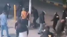 """ميليشيا عراقية تتفلت.. شاهد """"ربع الله"""" تضرب نساء في بغداد"""
