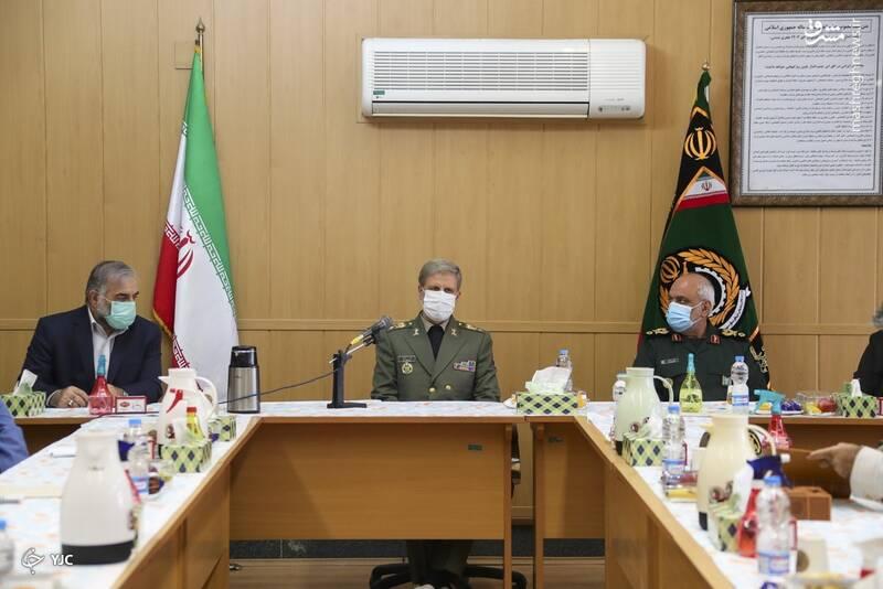 محسن فخري زادة خلال اجتمع مع وزير الدفاع الإيراني أمير حتمي