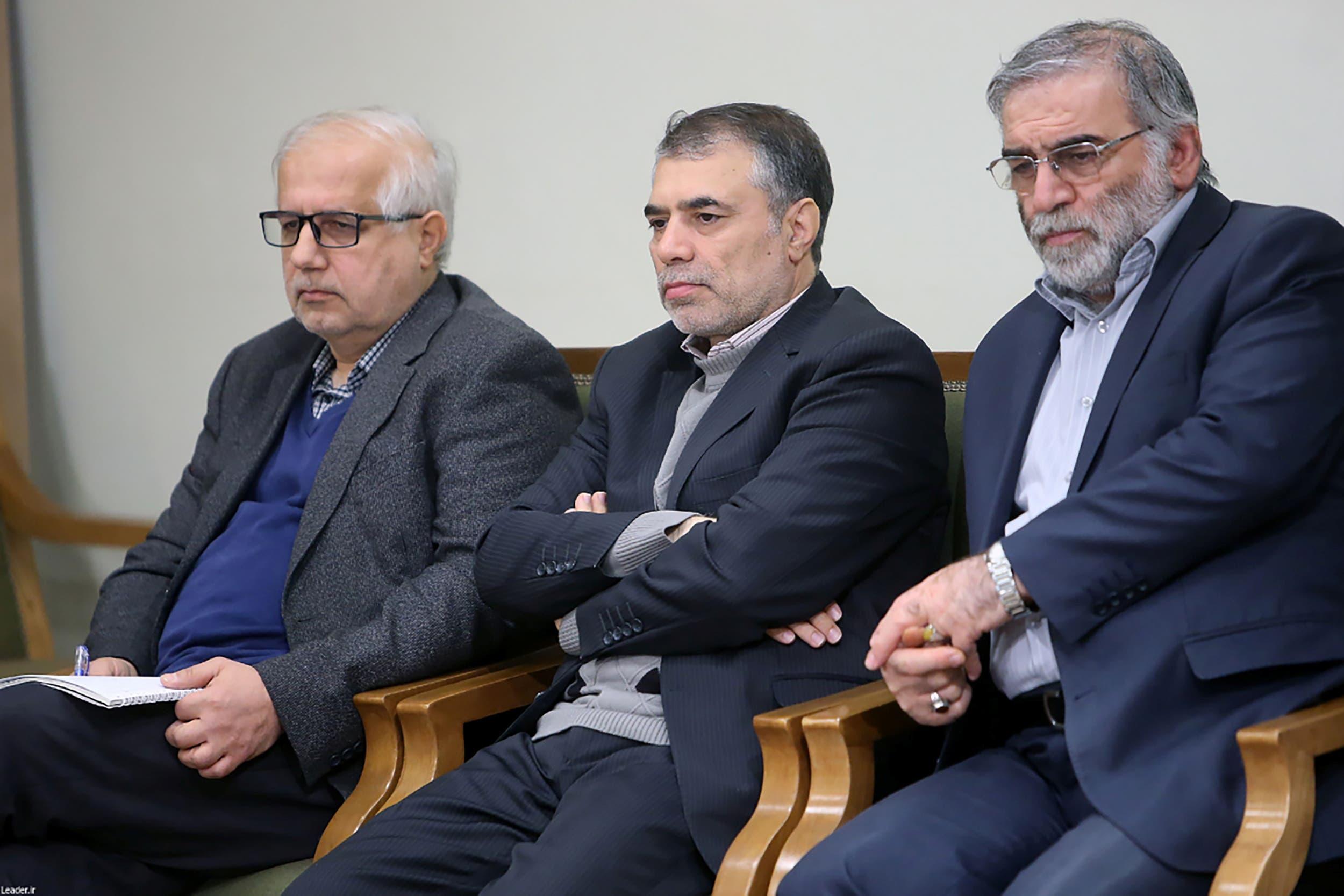 محسن فخري زاده على اليمين)