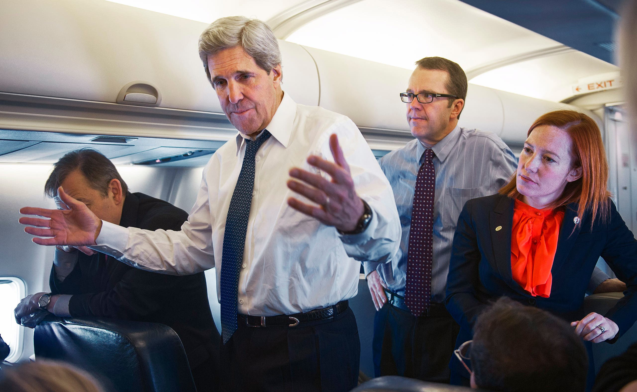 ساكي مع جون كيري خلال رحلة بين كوريا والصين في 2013