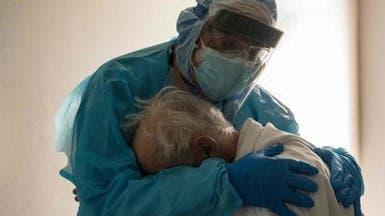 صورة تنبض بالإنسانية.. طبيب يعانق مسناً مصاباً بكوفيد-19