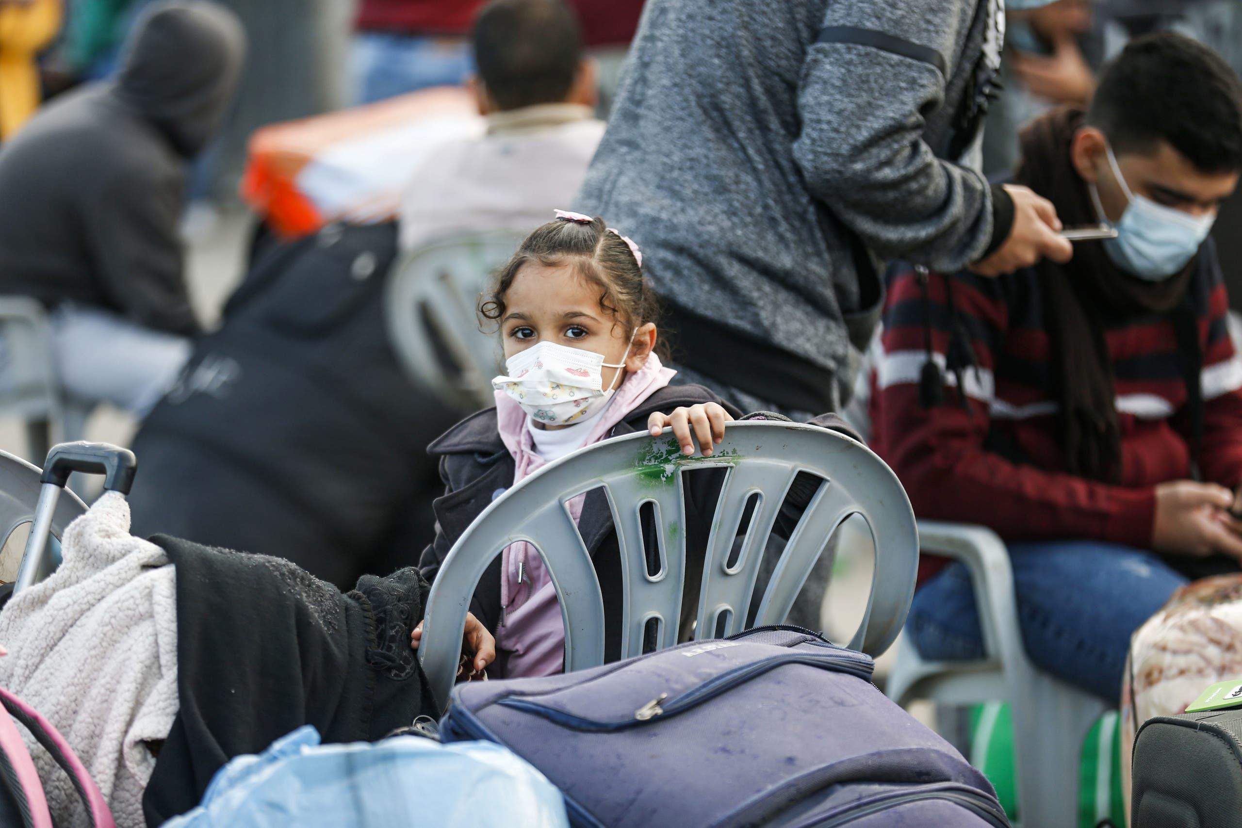 فلسطينيون ينتظرون عند معبر رفح الحدودي بين غزة ومصر (أرشيفية من فرانس برس)