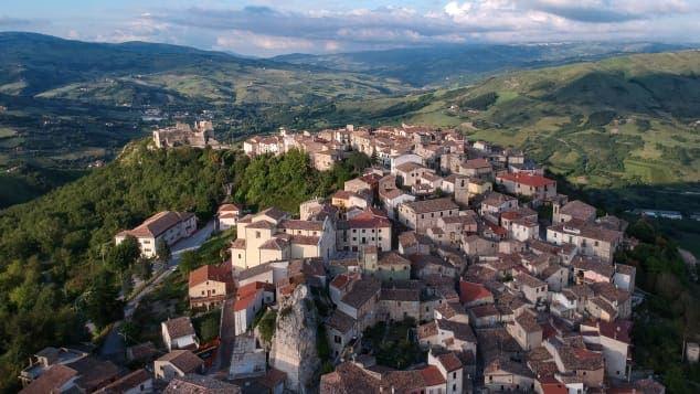 قرية وسط التلال