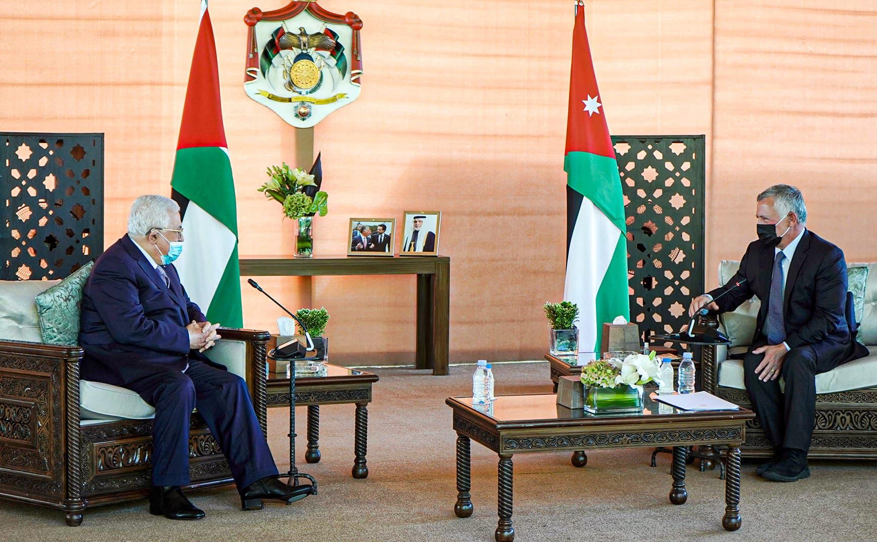 العاهل الأردني الملك عبد الله الثاني خلال استقباله الرئيس الفلسطيني محمود عباس